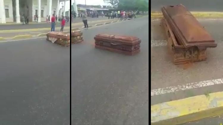 Venezuela: Manifestantes bloquean calles con ataúdes de tumbas profanadas (VIDEO)