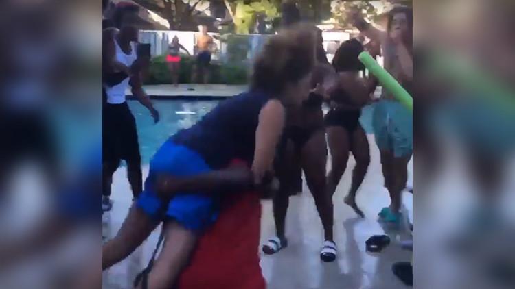 FUERTE VIDEO: Arrojan a mujer mayor a una piscina por pedir que bajen el volumen en una fiesta