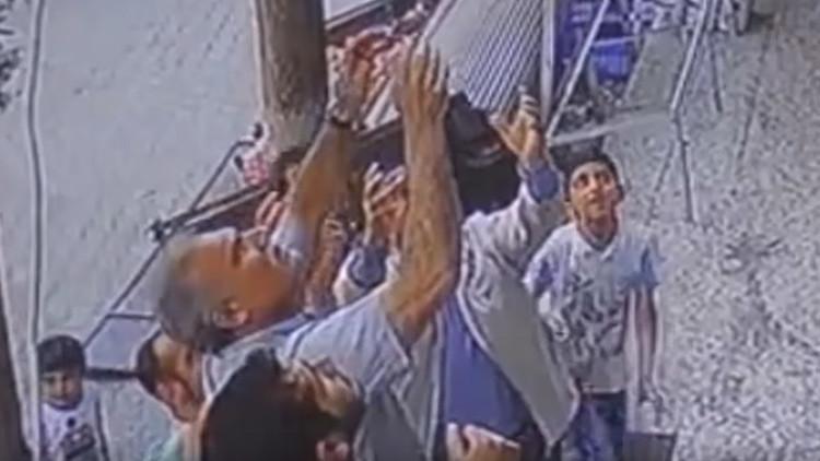 El momento en que tres hombres atrapan a una niña que se cayó de un balcón (VIDEO)