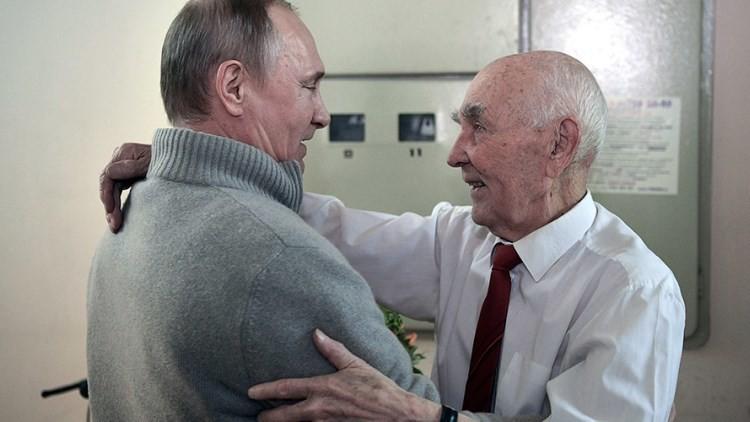 Putin visita a su antiguo jefe en el KGB por su 90 cumpleaños