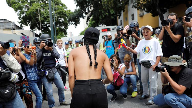 Desnudos y excremento: Las nuevas formas de 'protesta' de la derecha venezolana