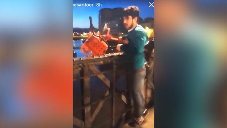 Sube a Instagram un video lanzando una bici pública a un río y la Policía lo detiene (VIDEO)