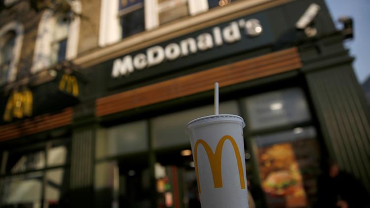 """Una empleada de McDonald's arroja agua hirviendo a un niño que """"molestaba a los clientes"""""""