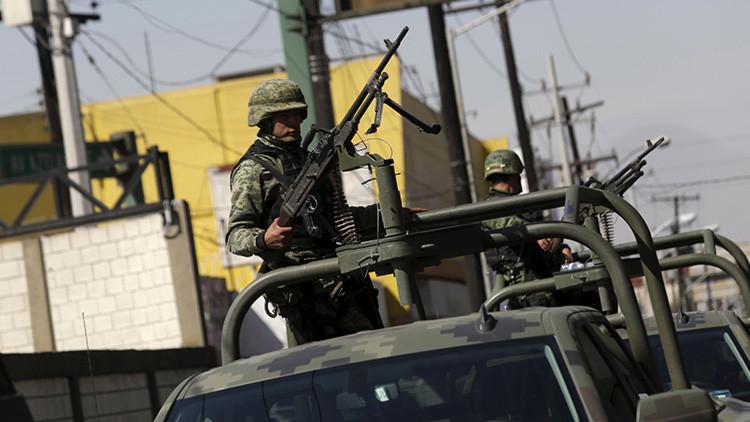 FUERTES IMÁGENES: Militar mexicano ejecuta de un disparo en la cabeza a un detenido
