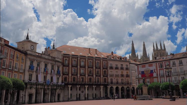 """""""He recibido presiones y amenazas"""": ¿quién cuelga banderas rusas en la Plaza Mayor de Burgos?"""
