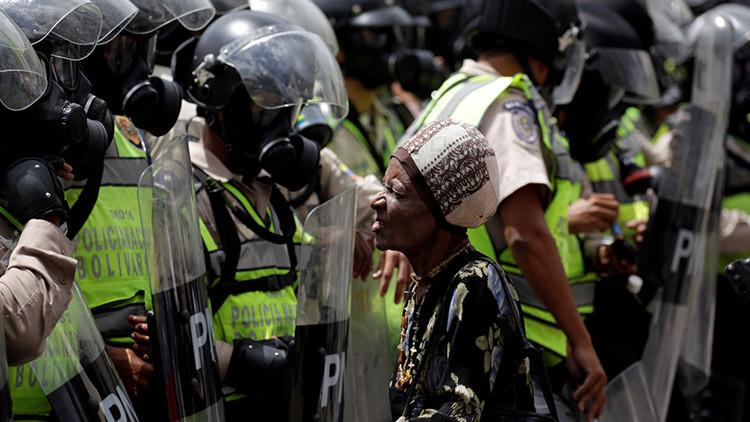 """Policía antidisturbios venezolano: """"A los encapuchados les pagan y les dan drogas"""""""