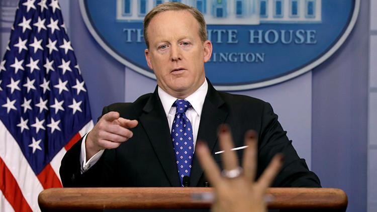 La Red se burla y compara al portavoz de la Casa Blanca con Homero Simpson tras evitar a la prensa
