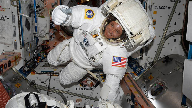 VIDEO: Astronautas de la NASA realizan una caminata espacial