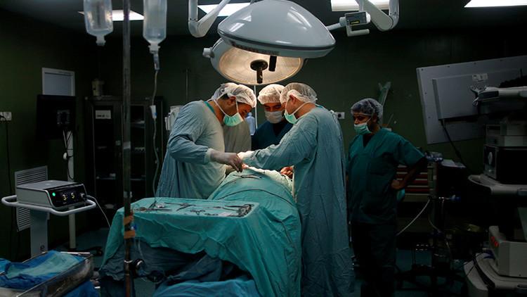 "'Doctor peligro': Cirujano con ""mala visión"", suspendido por extirpar órganos equivocados"