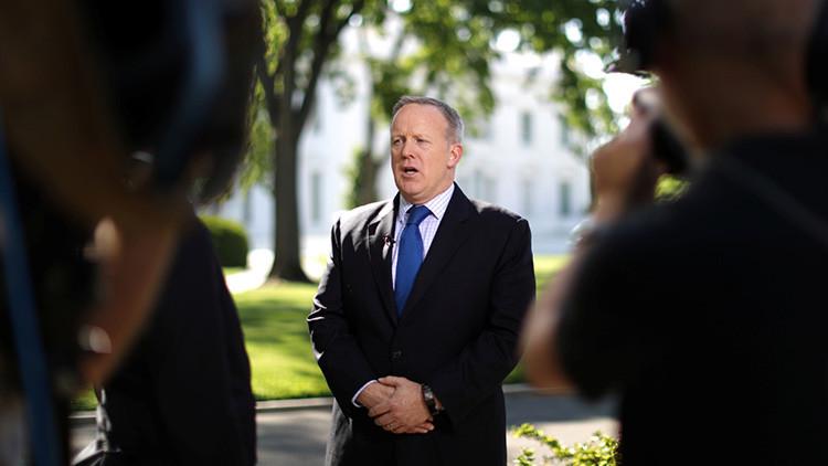 Trump podría cesar a Spicer y reajustar por completo su equipo de prensa