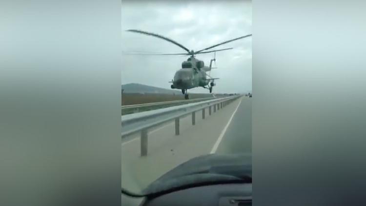 Un helicóptero vuela a pocos metros sobre una carretera en Chechenia (VIDEO)