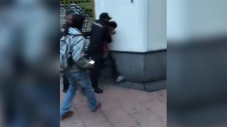 VIDEO: Confunden a un opositor con un partidario de Maduro e intentan atacarlo en Madrid