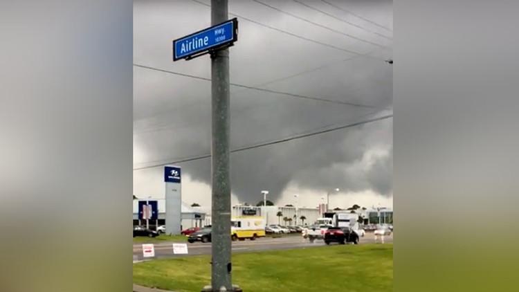 Vehículos volcados y más de 9.000 hogares sin luz deja violento tornado en EE.UU. (VIDEOS)
