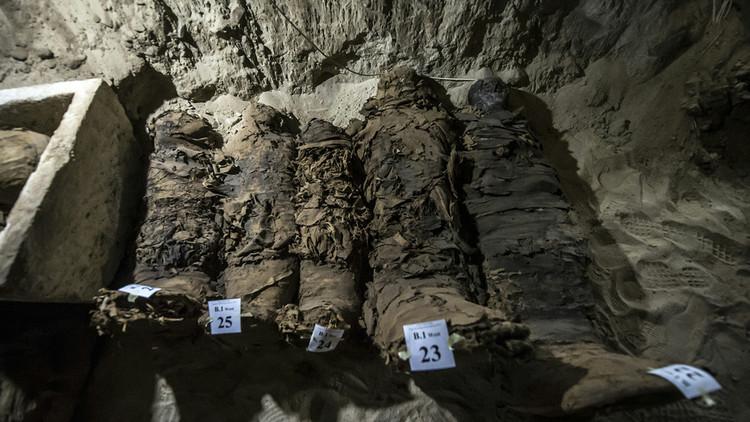 """Descubrimiento """"sin precedentes"""": encuentran 17 momias en el centro de Egipto"""