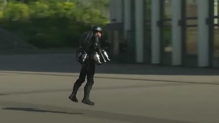 VIDEO: Un inventor se convierte en Iron Man para probar su traje volador