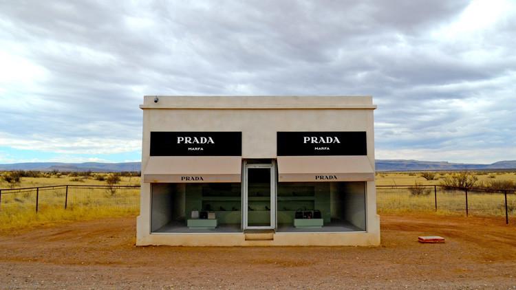 Tienda de PRADA en el desierto