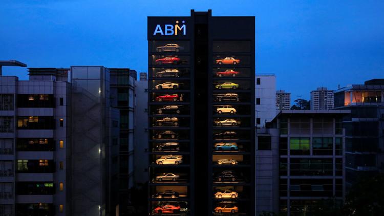 Esta extravagante 'máquina expendedora' de 15 pisos vende Ferraris y Porsches en Singapur (VIDEO)