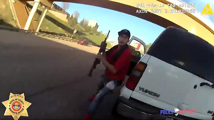 FUERTES IMÁGENES: Un policía dispara a un hombre que lo ataca con un rifle