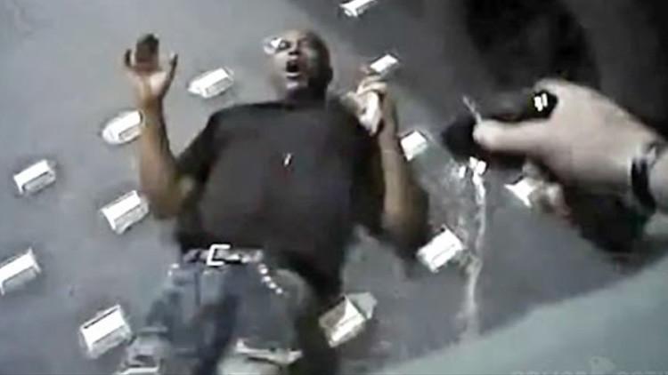 Imágenes perturbadoras: La Policía de EE.UU. dispara con un táser y asfixia a un hombre desarmado