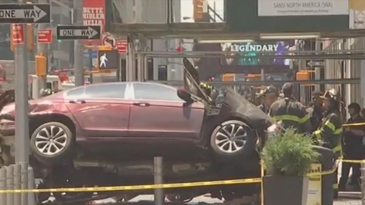 Un coche atropella a alta velocidad a una multitud en la plaza de Times Square