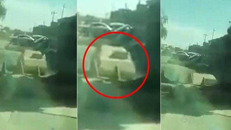 VIDEO: Soldado iraquí estrella su 'bulldozer' contra un coche bomba del EI y sobrevive