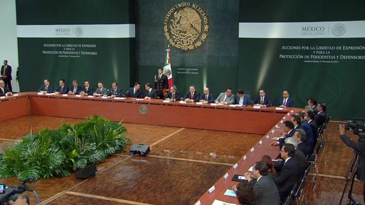 """""""¡Justicia!"""" Periodistas increpan a Peña Nieto mientras cubren conferencia de prensa (VIDEO)"""