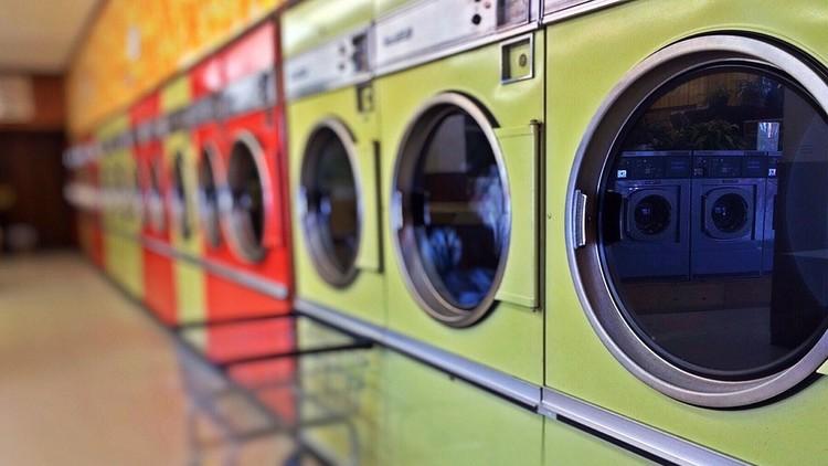 Un padre quiso hacerle una foto a su niño dentro de una lavadora pero fue la peor idea de su vida
