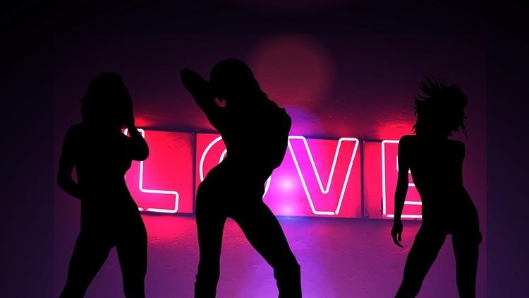 Una bailarina de 'striptease' hiere con un cristal a una famosa modelo mexicana