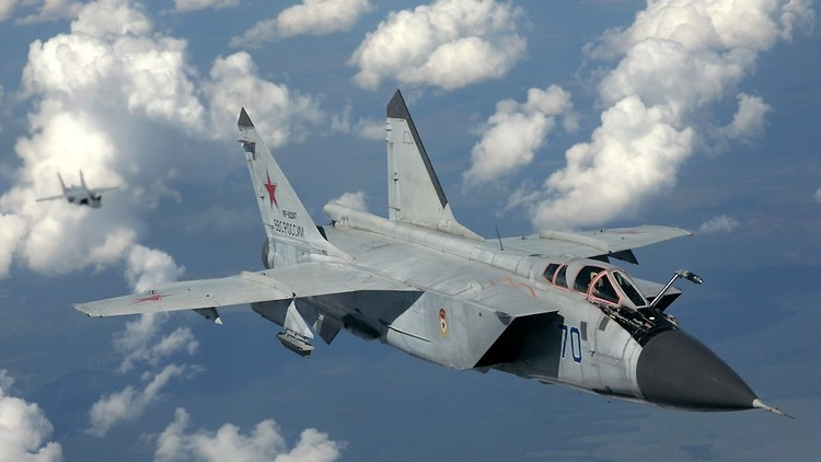 Cazas rusos pilotados por tenientes interceptan a un 'enemigo' guiado por un coronel