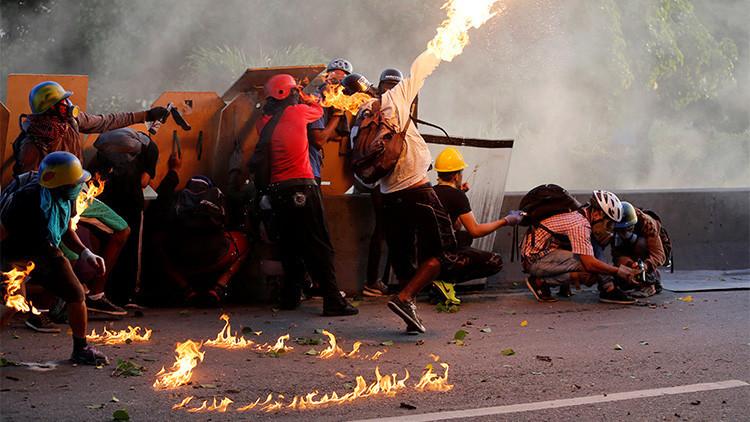 Video, fotos: Grupos violentos de la oposición queman convoy de la Guardia Nacional en Venezuela