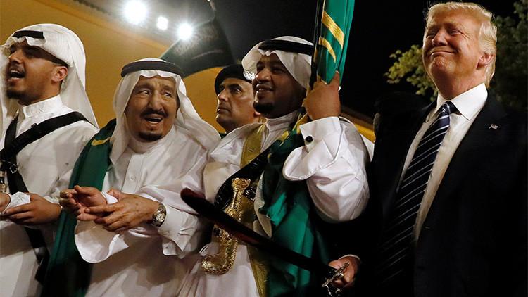 VIDEO: Así participa Trump en el baile tradicional con espadas con el rey de Arabia Saudita