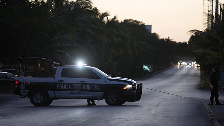 FUERTES IMÁGENES: Acribillan a dos policías en una gasolinera en México y se dan a la fuga (18+)