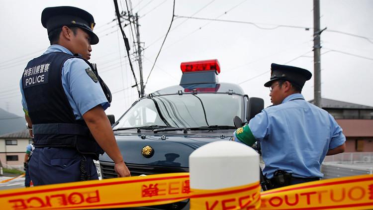 Un hombre ataca a transeúntes con un cuchillo y un bate en una ciudad japonesa