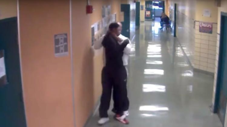 EE.UU.: Especialista en disciplina escolar levanta del cuello a un estudiante (VIDEO)