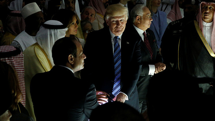 La misteriosa 'bola mágica' de Trump, el rey saudita y el presidente de Egipto revoluciona la Red
