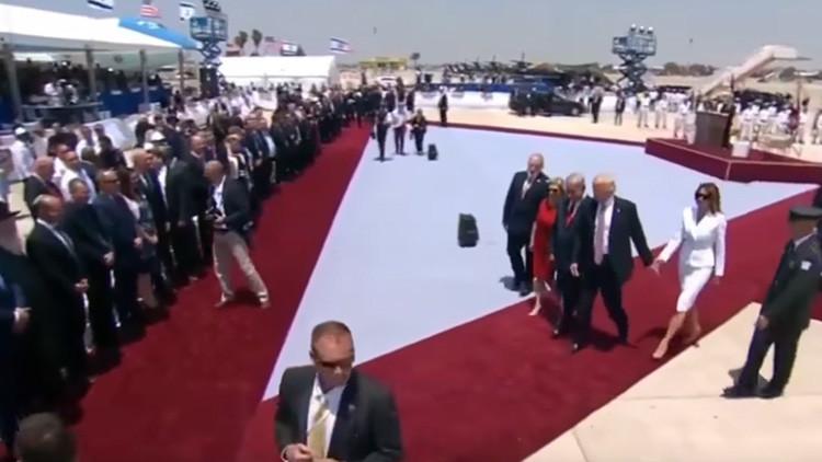 ¿Problemas matrimoniales? Melania se niega a tomar de la mano a Trump en su llegada a Israel (VIDEO)