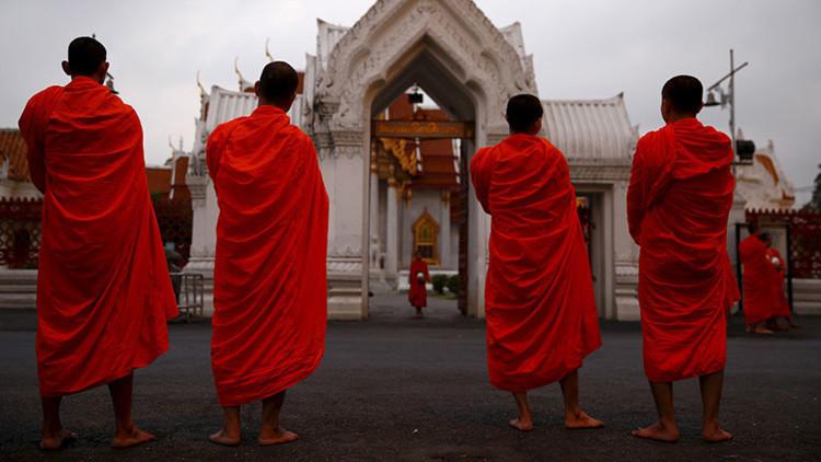 Se vuelve viral el video de un monje budista mirando porno en público