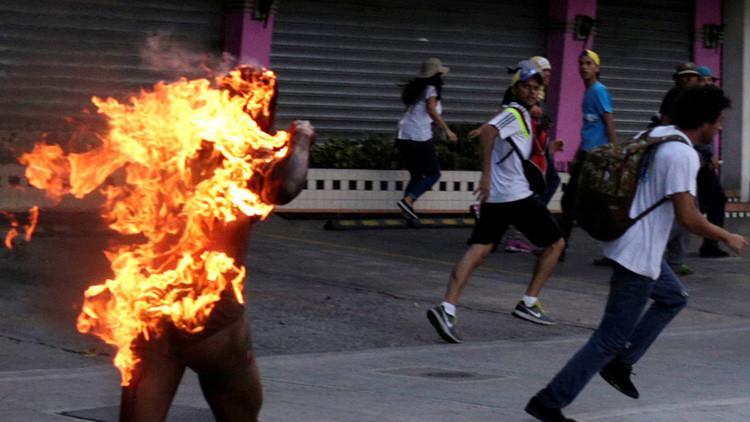 """""""Tiene que morirse ese chavista"""", le gritaban al joven quemado por opositores"""