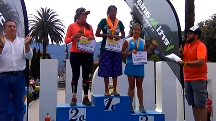 Una mujer tarahumara gana una ultramaratón en México con falda y sandalias