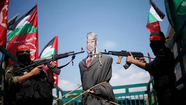 Palestinos apuntan armas contra una imagen de Trump en protesta por su visita (VIDEO)