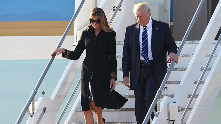 Melania vuelve a rechazar la mano de Donald Trump (VIDEO)