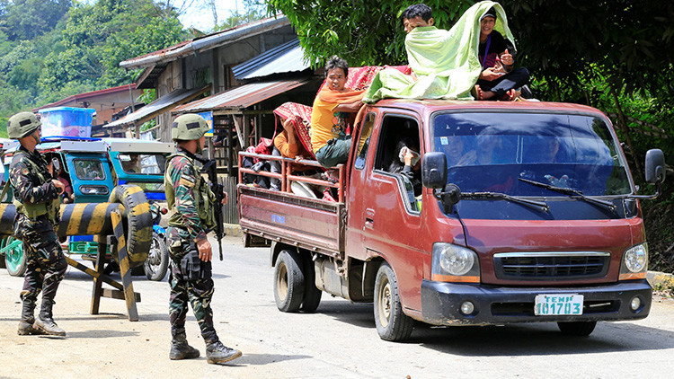 Hombres armados toman como rehenes a un sacerdotey a varios fieles en Filipinas