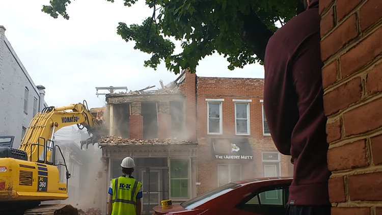 Expertos en demoliciones derriban el edificio equivocado (VIDEO)