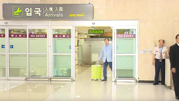 VIDEO: El arrogante gesto de un político con su sirviente genera indignación en Corea del Sur
