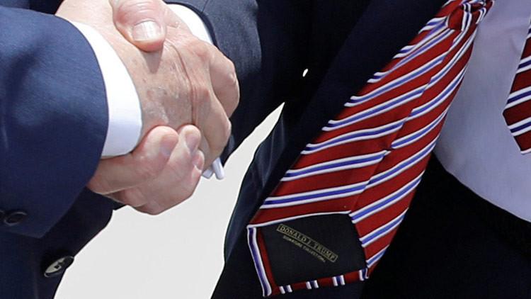Le ganan a Donald Trump en su propio 'juego' del apretón de manos (VIDEO)
