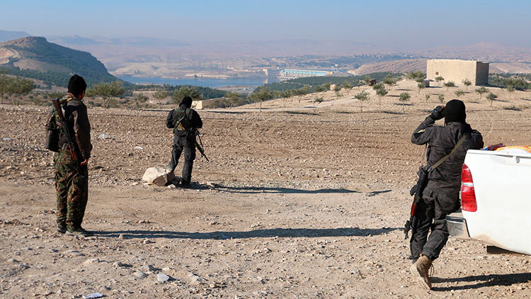 VIDEO: Más de 100 camiones cargados de armas estadounidenses llegan a los milicianos kurdos en Siria