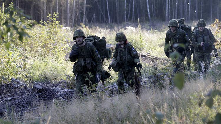 Un estonio se enfrenta con su escopeta a un grupo de soldados de la OTAN