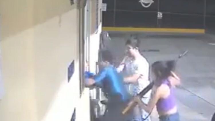 Una mujer armada con un rifle comanda un asalto a una gasolinería en México (VIDEO)