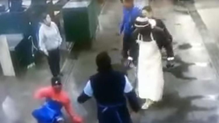 Un hombre apuñala a otro en su trabajo sin que nadie se inmute (FUERTE VIDEO)