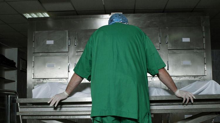 Trabajadores de una morgue cortan un cadáver para robar drogas ocultas en su interior